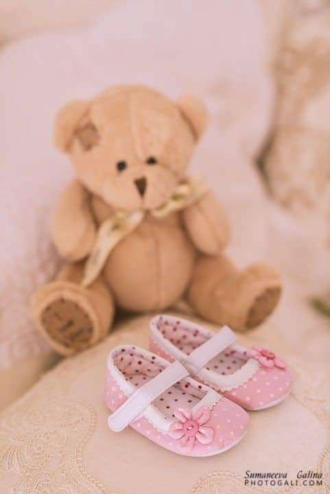 תמונה של נעלי נולד עם דובי ברקע