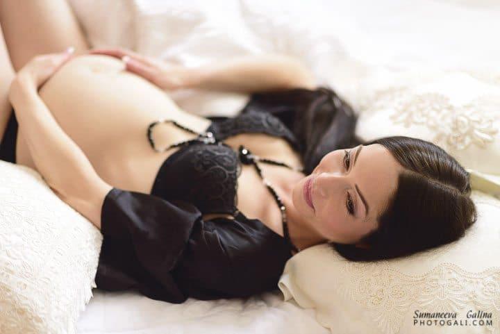 אישה בהריון שוכבת במיטה